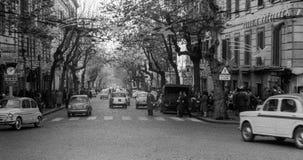 Naples, Włochy, 1959 - ludzie i samochód podróż przez Scarlatti podczas Bożenarodzeniowych wakacji obraz royalty free