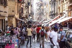 NAPLES WŁOCHY, SIERPIEŃ, - 22: Porta Nolana rynek w Naples na SIERPIEŃ 22, 2017 Lokalni ludzie Robi zakupy przy Niedziela ulicą Zdjęcia Royalty Free