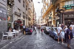 NAPLES WŁOCHY, SIERPIEŃ, - 22: Porta Nolana rynek w Naples na SIERPIEŃ 22, 2017 Lokalni ludzie Robi zakupy przy Niedziela ulicą Zdjęcie Stock
