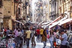 NAPLES WŁOCHY, SIERPIEŃ, - 22: Porta Nolana rynek w Naples na SIERPIEŃ 22, 2017 Lokalni ludzie Robi zakupy przy Niedziela ulicą Obraz Stock