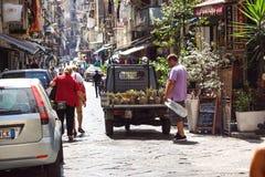 NAPLES WŁOCHY, SIERPIEŃ, - 22: Porta Nolana rynek w Naples na SIERPIEŃ 22, 2017 Lokalni ludzie Robi zakupy przy Niedziela ulicą Obrazy Royalty Free