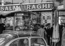 Naples, Włochy, 1959 - Wiele ludzie gromadzą się wzdłuż chodniczków piazza Vanvitelli na świątecznym dniu obraz stock