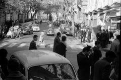 NAPLES, WŁOCHY, 1959 - Zaludnia przespacerowanie przez Scarlatti przy Vomero, krzyżującym roczników samochodami obraz royalty free