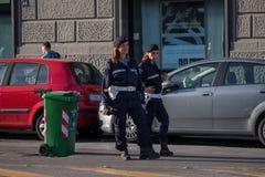 NAPLES, WŁOCHY - 04 Listopad, 2018 kobieta policjanci na ulicie Naples zdjęcie stock