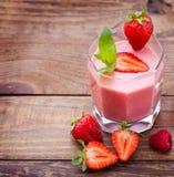 Napojów smoothies lata truskawka, czernica Fotografia Royalty Free