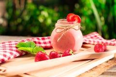 Napojów smoothies lata truskawka na drewnianym stole Zdjęcia Stock