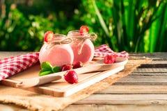 Napojów smoothies lata truskawka na drewnianym stole Obraz Royalty Free