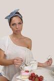 napoje bawją się relaksującej herbacianej kobiety obrazy stock