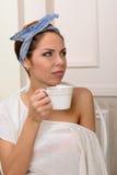 napoje bawją się relaksującej herbacianej kobiety zdjęcie stock