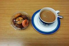 Napoje kawa i Donuts Umieszczający na stole, przekąski Obraz Stock