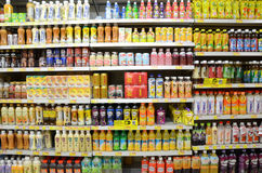 Napoje na półce supermarket w Hong Kong Zdjęcie Royalty Free