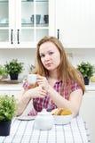 napoju kuchenni herbaciani kobiety potomstwa Obrazy Stock