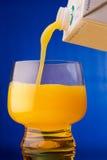 napoju soku pomarańczowy dolewanie Zdjęcia Stock