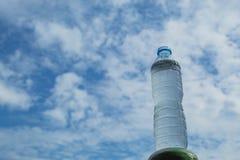 Napoju wodny i jaskrawy niebieskie niebo Obrazy Royalty Free