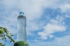 Napoju wodny i jaskrawy niebieskie niebo Fotografia Royalty Free