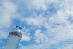Napoju wodny i jaskrawy niebieskie niebo Zdjęcie Stock