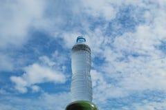 Napoju wodny i jaskrawy niebieskie niebo Zdjęcie Royalty Free