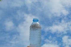Napoju wodny i jaskrawy niebieskie niebo Obrazy Stock