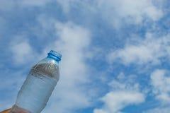 Napoju wodny i jaskrawy niebieskie niebo Fotografia Stock