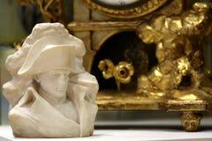 Napoleon Bonaparte popiersie, złocisty antyka zegaru tło fotografia stock