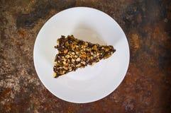 Napoleon kaka som täckas med choklad- och valnötrussin på en gammal tabell Top beskådar Närbild Arkivfoton