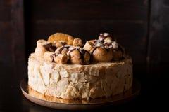 Napoleon-Kuchen auf einem dunklen hölzernen Hintergrund stockfotografie