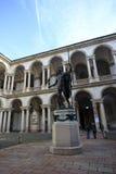 Napoleon Statue en sommige mensen rond stock foto's