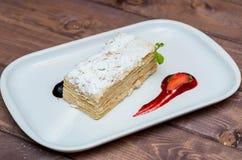 Napoleon tort na białym talerzu z jagodami Zdjęcie Royalty Free