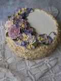 Napoleon tort z waniliową śmietanką, dekorującą z buttercream kwitnie - róże i pansies ilustracyjny lelui czerwieni stylu rocznik obraz royalty free