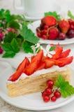 Napoleoncake met aardbeien Houten achtergrond Close-up Hoogste mening stock foto