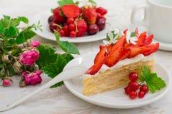Napoleoncake met aardbeien Houten achtergrond Close-up Hoogste mening stock afbeelding