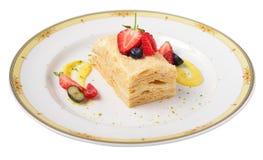 Napoleoncake met frambozen, aardbeien, bosbessen Stock Afbeeldingen