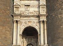 napoli de l'Italie Aménagez en parc à la voûte triomphale du château Castel Nuovo, également appelée Maschio Angioino image stock
