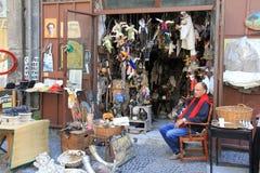 Napoli: de winkel van de tweedehandse handelaar in Spaccanapoli stock afbeeldingen