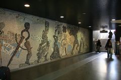 NAPOLI, ITÁLIA, EM NOVEMBRO DE 2016 - um mosaico esplêndido no estilo antigo de Roma fornece Toledo Station do metro novo de Nápo fotografia de stock royalty free