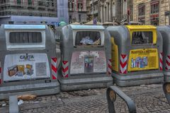 Napoli, ITALIA, 02,01,2018: Contenitori dell'immondizia sulla via di Naple Fotografia Stock