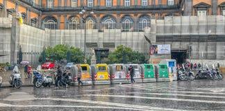 Napoli, ITALIA, 02,01,2018: Contenitori dell'immondizia sulla via di Naple Fotografia Stock Libera da Diritti