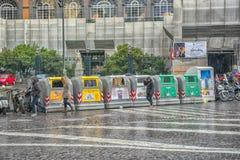 Napoli, ITALIA, 02,01,2018: Contenitori dell'immondizia sulla via di Naple Fotografie Stock Libere da Diritti