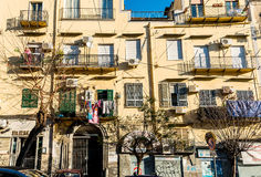 NAPOLI, ITALIA - 16 gennaio 2016: Vista della via di vecchia città in Na Fotografia Stock
