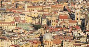 Napoli, Italia Orizzonte di paesaggio urbano di vista superiore con i punti di riferimento famosi in Sunny Day Molte vecchie chie archivi video