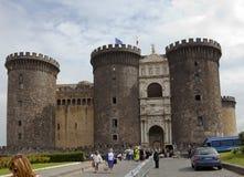 NAPOLI, ITALIA - SETTEMBRE 2010: i turisti visitano Castel Nuovo, residenza dei re medievali di Napoli il 21 settembre 2010 Fotografia Stock Libera da Diritti