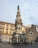 Napoli, Italia Vista del  quadrato famoso Nuovo di Piazza del Gesfotografia stock