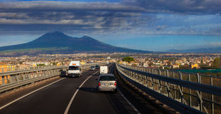 NAPOLI ITALIEN - NOVEMBER 7,2016: Vesuv-Vulkan und -verkehr herein Lizenzfreies Stockbild