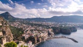 Napoli kust, pianodi Sorrento Metastrand, sikt f?r Tid schackningsperiod av den touristic staden i Italien, oerh?rda moln f?r sem stock video