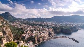 Napoli wybrze?e, Fortepianowy di Sorrento Meta wyrzuca? na brzeg, czasu up?ywu widok turystyczny miasteczko w W?ochy, wakacje nie zbiory