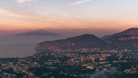 Napoli wybrze?e, Fortepianowy di Sorrento Meta wyrzuca? na brzeg, czasu up?ywu widok turystyczny miasteczko w W?ochy, wakacje nie zdjęcie wideo