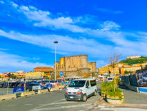 Napoly Włochy, Maj, - 04, 2014: Castel dell ` Ovo i samochody Zdjęcia Stock