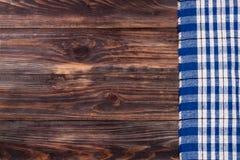 Nappe à carreaux bleue sur la table en bois noire avec l'espace de copie pour votre texte Vue supérieure Image libre de droits