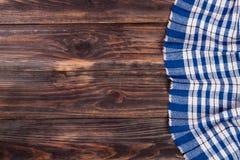 Nappe à carreaux bleue sur la table en bois noire avec l'espace de copie pour votre texte Vue supérieure Images stock
