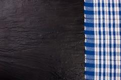 Nappe à carreaux bleue sur la table en pierre noire avec l'espace de copie pour votre texte Vue supérieure Photo libre de droits